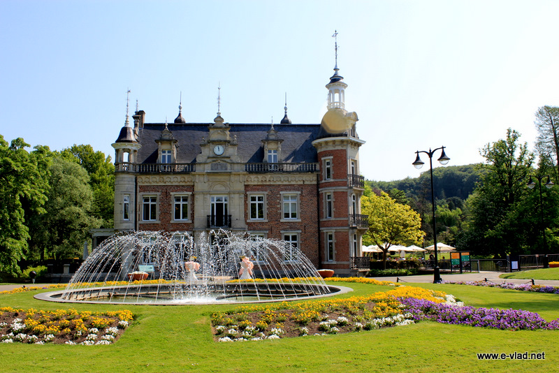 Huizingen Domein - Huizingen Castle and water fountain seen from the front.