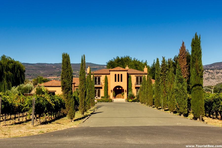 Saint helena california tuscan style villa flanked by for Tuscan california