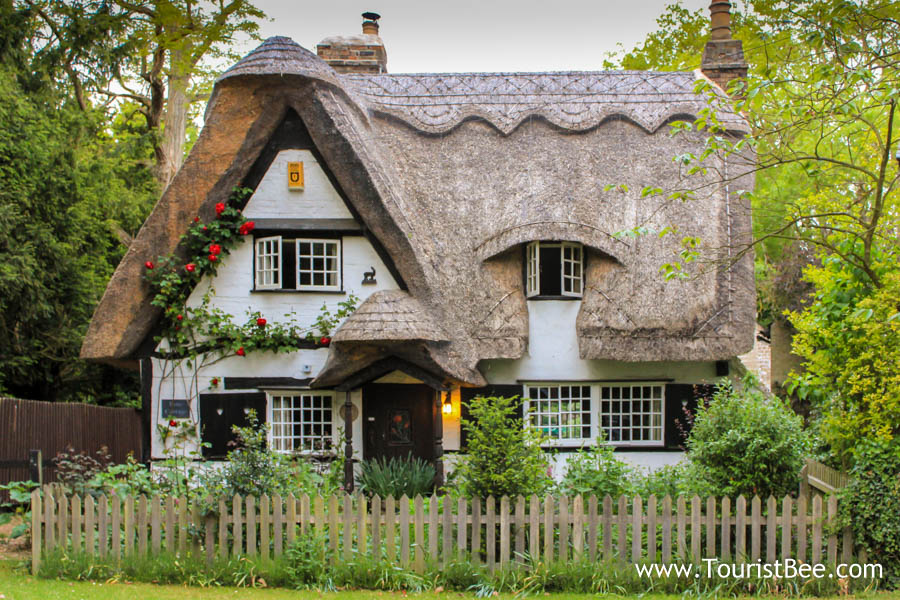 Houghton, England - Beautiful fairy tale country cottage