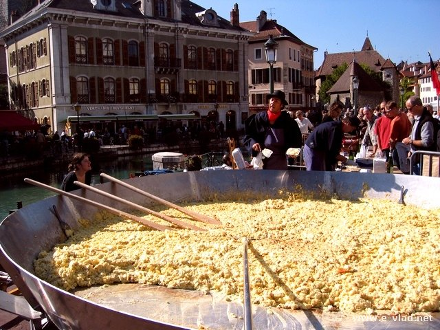 The largest cheese and potatoes dish at the Annecy farmer's festival.