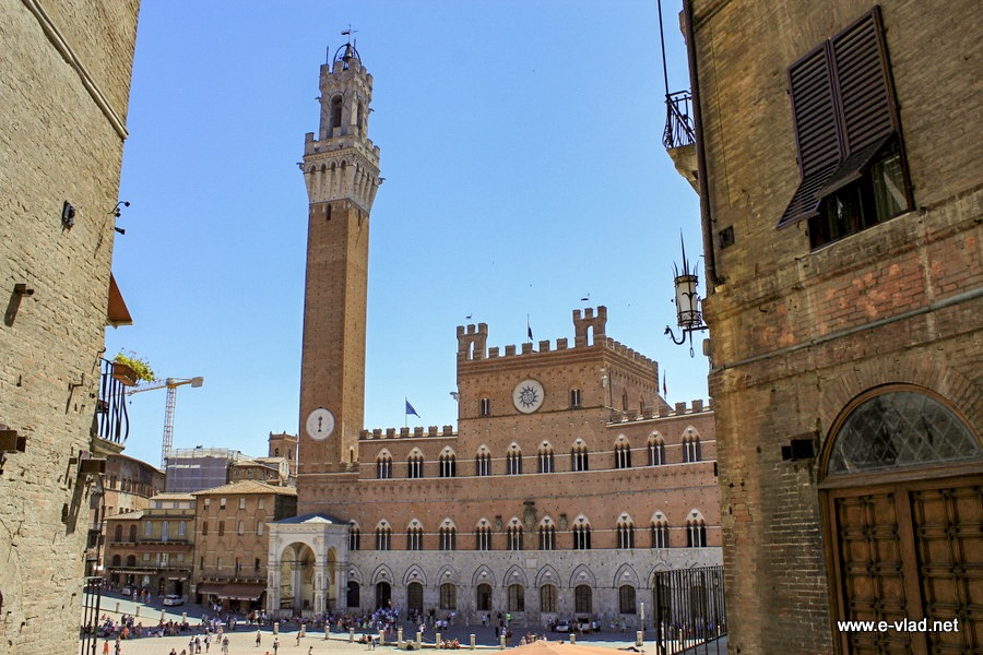 Piazza del Campo comes top on the list of things to do in Siena Italy.