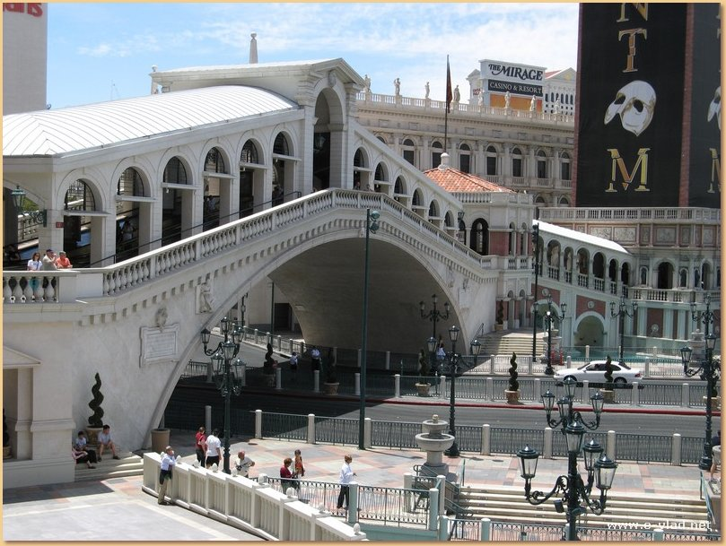 A modern copy of the famous Rialto Bridge can lead people to Madammed Toussauds Wax Museum